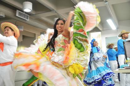La reina Central del Caimán, Norma Durán, baila en la redacción de EL HERALDO.