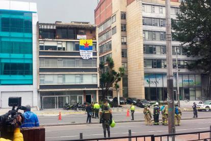"""Aspecto del sector tras la explosión, se ve ondear una bandera de """"Movimiento Revolucionario del Pueblo""""."""