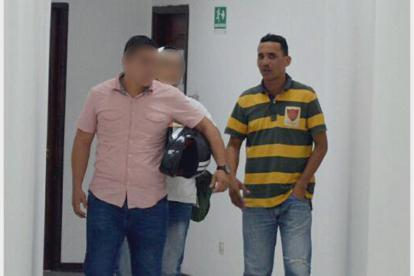 A la derecha, el detenido Rubén Hoyos Ojeda, durante un receso de la audiencia preliminar en su contra. Lo custodian dos agentes de la Sijín.