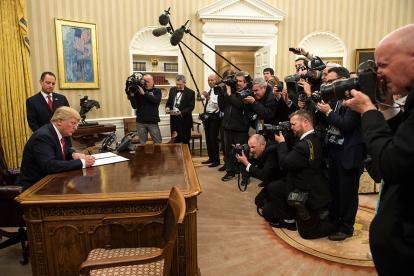 Donald Trump firma la primera orden ejecutiva como nuevo mandatario de los Estados Unidos.