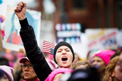 Una manifestante grita durante la Marcha de las Mujeres contra el presidente de EEUU, en Washington.