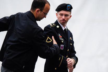 Foto de 2013 del exsoldado Bradley Manning (d), quien comenzó un tratamiento de cambio de sexo para ser mujer y convertirse en Chelsea Manning, durante una asistencia a  una Corte Marcial en Fort Meade, Maryland.