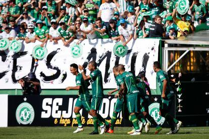 Los jugadores de Chapecoense celebran un gol ante Palmeiras.