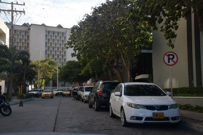 A pesar de la señal de prohibido parquear, una fila de cinco carros se detiene en la calle 53B con calle 46, a la entrada de EL HERALDO. A pocas cuadras funciona un parqueadero, diferente del de esta casa editorial.