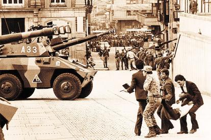 Imagen captada durante la toma del Palacio de Justicia, mientras el Ejército intentaba retomar el control.