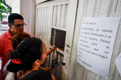 Padres buscan cupos en el colegio Gabriel García Márquez. Un aviso fijado en el portón advierte que no hay.