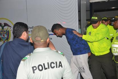 Agentes de la Sijín sacan a Wong del Centro de Servicios Judiciales de Cartagena, al terminar la audiencia.