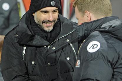 Pep Guardiola, técnico del Manchester City, saluda a su colega del AFC Bournemouth, Eddie Howe.