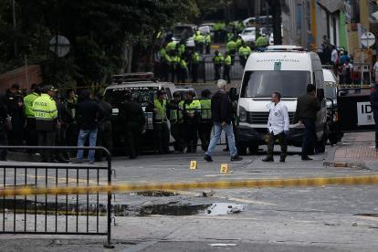 Uniformados de la policía en el lugar donde ocurrió la explosión.