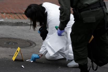 Un perito de la Policía toma evidencias en la zona del estallido.