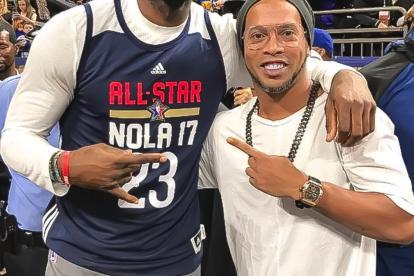 Ronaldinho estuvo en el Juego de Estrellas de la NBA y se tomó una foto con LeBron James.