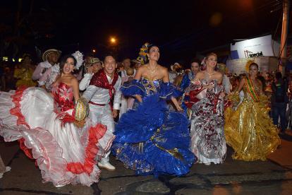 Los actores Aisa Bossa, Karol Márquez y Johanna Cure, las reinas María Camila Soleibe, Hispanoamericana, y María Camila Sinning, de la Independencia de Cartagena encabezaron la Cumbiamba Real en la Noche de Guacherna.