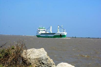Embarcación navega por el canal de acceso al Puerto de Barranquilla.