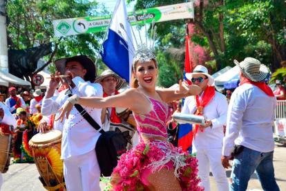 Fefi Mendoza durante su recorrido en el desfile de este domingo.