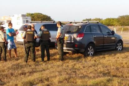Uniformados de la Policía hablan con las víctimas del robo de este domingo en Puerto Velero.