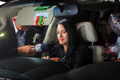 Imagen de archivo de la boliviana Ximena Suárez cuando salía de Medellín hacia su país de origen.