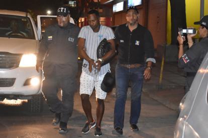 Lácides Iriarte Herrera, alias el Pollo o el Mama, a su llegada a la URI de la Fiscalía de Barranquilla conducido por dos agentes del CTI.