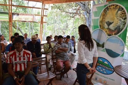 Funcionarios ambientales con comunidades vecinas a los caños.