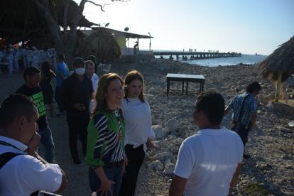 María Claudia Lacouture y Martha Villalba frente al muelle de Puerto Colombia.