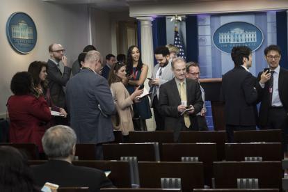 Los periodistas esperan en la Casa Blanca al vocero Sean Spicer, para preguntarle por el veto a medios.