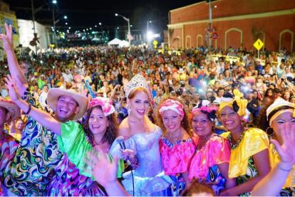 La reina del Carnaval, Stephanie Mendoza, junto al grupo folclórico Chandé de Gamarra, en una selfie con el público de Baila la calle.