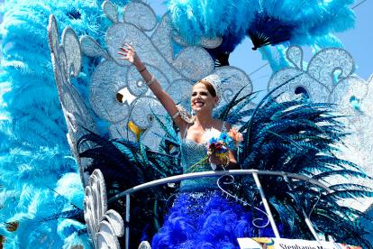 La reina 'Fefi' Mendoza arroja flores a los asistentes a la Batalla de Flores.