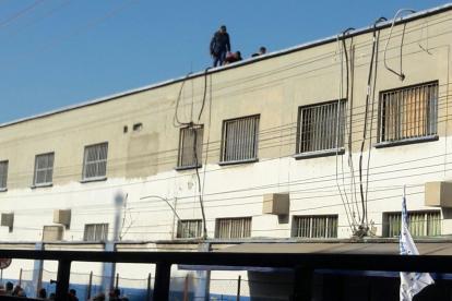 Momento en que un guardián del Inpec revisa el techo del centro carcelario.