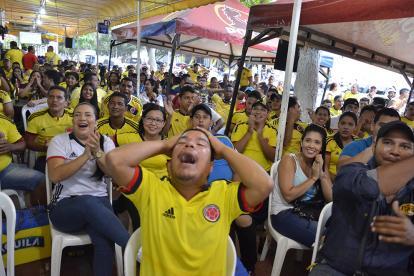 Espectadores se lamentan tras el penal errado de James Rodríguez.