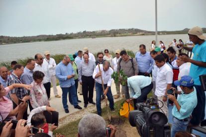 Luis Gilberto Murillo (sostiene el balde) visitó este viernes el lago El Cisne.