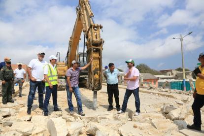 El alcalde Alejandro Char en compañía de Jaime Pumarejo, gerente de Desarrollo y Ciudad; Ricardo Restrepo, gerente de Transmetro; Fernando Isaza, secretario de Tránsito y Rafael Lafont, secretario de infraestructura.