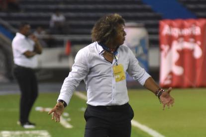 Alberto Gamero, técnico de Junior, protesta en una de las acciones del partido de este sábado en el Metropolitano.