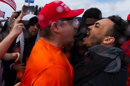 Opositores se enfrentan con seguidores del presidenteTrump, en Huntington Beach, California.