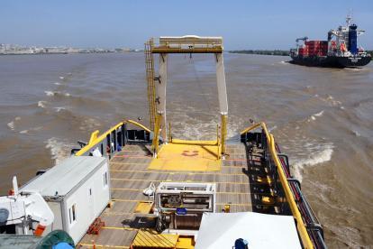 Embarcaciones en el canal de acceso al puerto local.