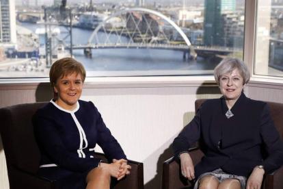 La ministra principal de Escocia, Nicola Sturgeon, y la primera ministra británica, Theresa May, derecha.