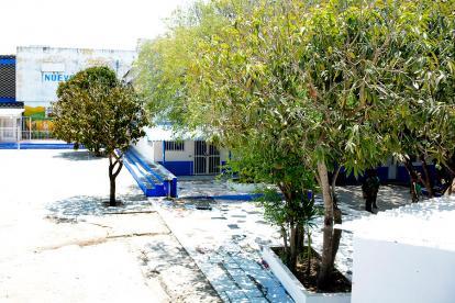 El patio y la cancha de microfútbol del Instituto Distrital Nuevo Bosque.