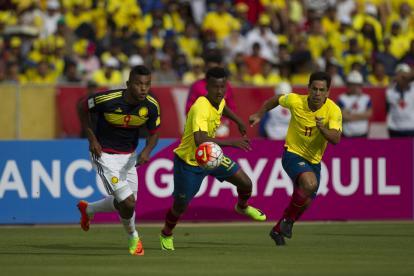 Borja intenta buscar un balón ante la marca de dos rivales.