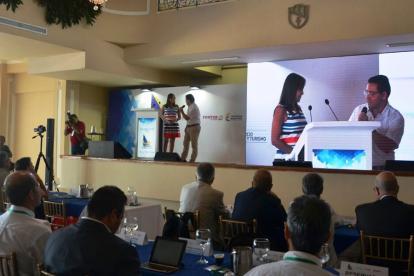 El alcalde Rafael y la viceministra, Sandra Howard en el foro de turismo náutico.