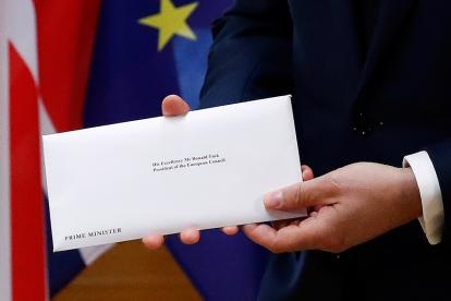 El ministro de Reino Unido entrega la carta en la que solicita su salida de la Unión europea.