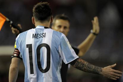 Lionel Messi discute con un juez de línea.