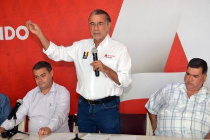 El gobernador Eduardo Verano, en compañía del viceministro de Agua Potable y Saneamiento (e), Fernando Vargas y el alcalde de Sabanalarga, José Elías Chams.