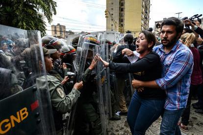 La vicepresidenta de la oposición venezolana Amelia Belisario discute con el personal de la Guardia Nacional  durante una protesta ante el Tribunal Supremo en Caracas.