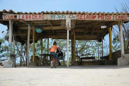 Aviso en la la fachada de un lavadero de carros, en el barrio El Edén 2000 de Barranquilla.