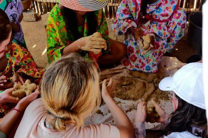 Hasta se ensuciaron las manos de barro para elaborar la wayunkerra.