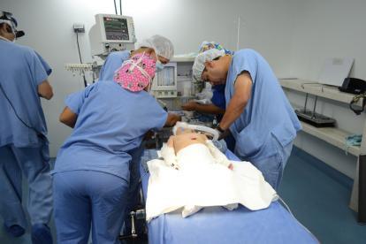 Niño es operado por labio leporino.