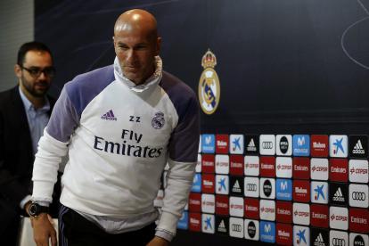Zinedine Zidane ingresa a la sala de prensa para dar su opinión previo al duelo de mañana ante el Deportivo La Coruña, en Riazor.