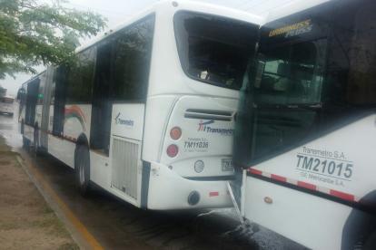 Dos de los buses que colisionaron este martes en la avenida Murillo.