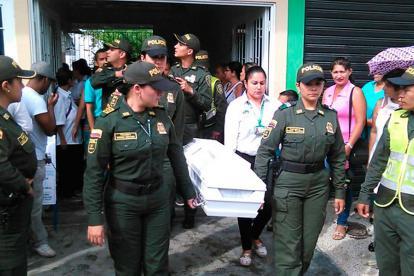 Uniformadas de la Policía cargan el ataúd de la pequeña Sara.