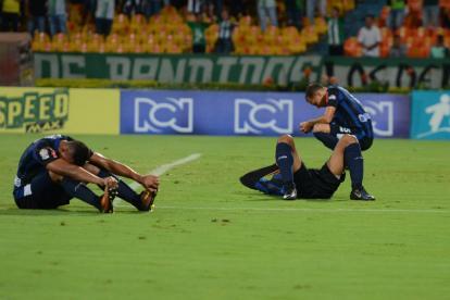 Los jugadores del Junior se lamentan en el césped del Atanasio Girardot por el gol al último minuto de Nacional.