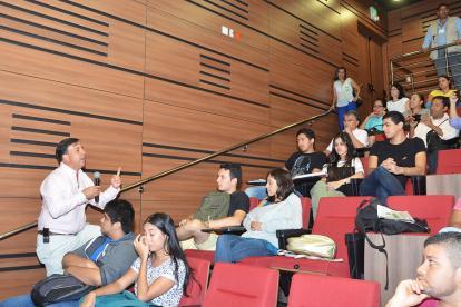 Juan Carlos Galindo en diálogo con estudiantes.