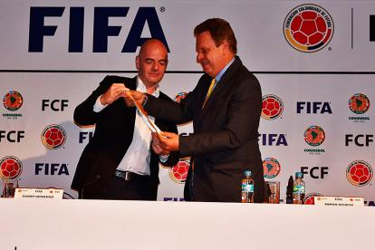 Jesurun, presidente de la Federación Colombiana de Fútbol, junto a Gianni Infantino, presidente de la Fifa.